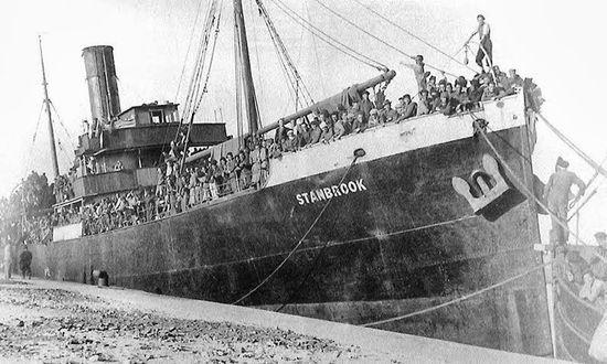 L'emblemàtica foto del Stanbrook a l'entrada del port, a Orà