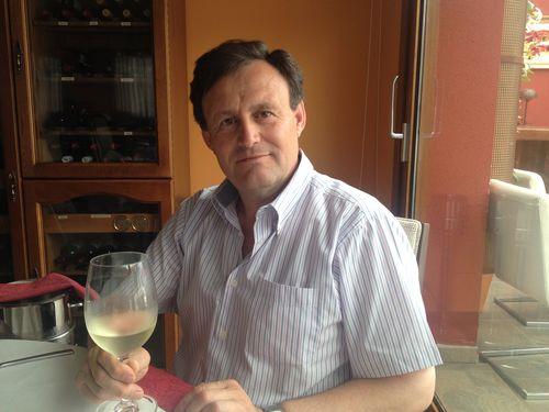 Hilario García con una copa de su vino Aurum Red blanco