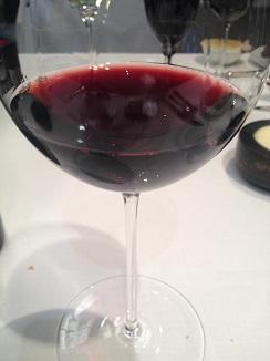 Vino tinto Aurum Red, que desprende aromas diferentes según el giro que se le imprima en la copa.