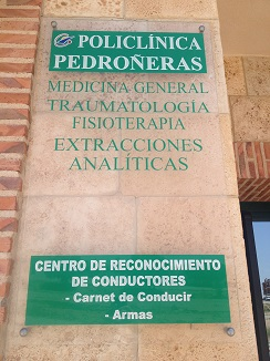 Cartel de la Policlínica que Hilario García posee en el pueblo de Las Pedroñeras (Cuenca)