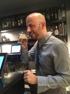 El sumiller Javi Arroyo tomando un café para mantener el ritmo