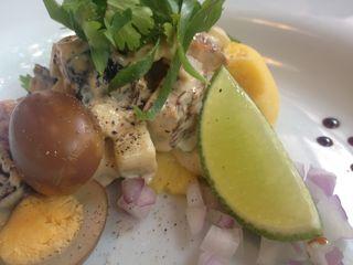 Causa a la Hamanako de anguila asada y papa pisada. Una fusión de Perú (causa), China (huevo) y Tailandia (salsa)