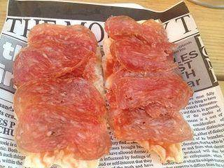 Tapa de Ramón Freixa. Lámina de pan crujiente con tomate y longaniza de Vic