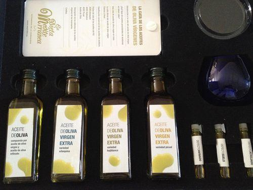 Interior de la caja de cata de aceites de oliva