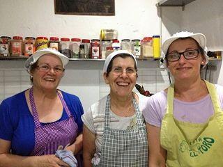 Maruja Gallardo, en el centro,  con sus dos ayudantes de cocina