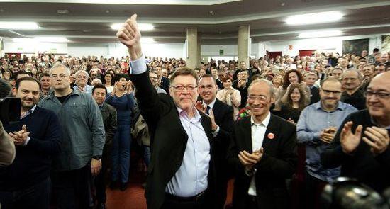 Ximo Puig es aclamado en la presentación de su candidatura (JOSÉ JORDÁN)