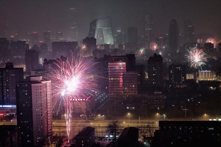 Fuegos artificiales en Pekín en la noche del 30 al 31 de enero. (Getty)
