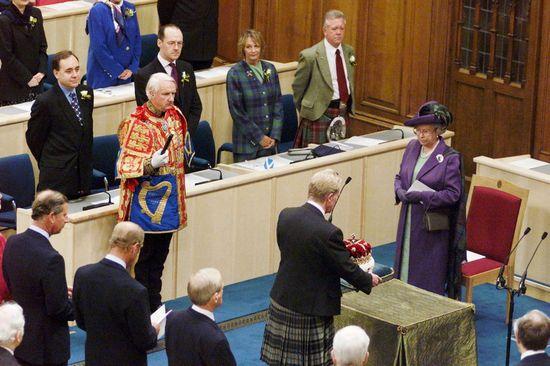 Escocia estrena Parlamento autónomo, en Edimburgo, en un acto presidido por la reina Isabel II, en la foto durante el acto en el que el duque de Hamilton ofrece a la reina la Corona de Escocia. julio 1999