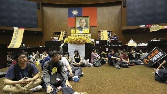 Protesters-yuan-web