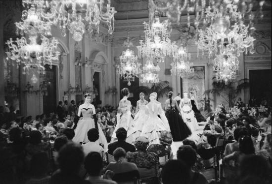 Desfile en la Sala Bianca del Palazzo Pitti de Florencia en 1995. (Archivo Giorgini)