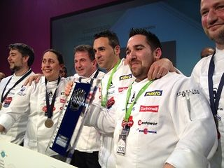 Joaquín Baeza, ganador del V Concurso Cocinero del Año, junto al presidente del jurado, Martin Berasategui y el resto de ganadores de años anteriores
