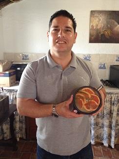 El experto coctelero sevillano Javier Hernández, alias Baltazares, mostrando el recipiente en el que macera la ginebra con frutas y aloe vera para preparar una de sus versiones del gin tonic