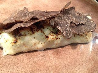 Canelones a la trufa elaborados con pasta de lino y rellenos de setas.