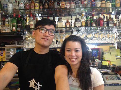 Julio con su cuñada Claudia destrás de la barra