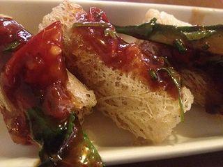 Rollitos de fideos de arroz fritos rellenos de setas a la salsa agriduclce