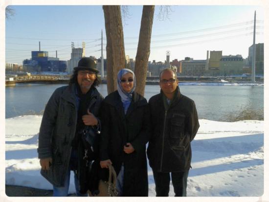 Bahia Mahmud, Aminetu Haidar y Limam Boisha. Al fondo el Río Mississippi