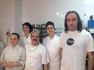 Jaume Oliver y su equipo en el obrador de Can Salem