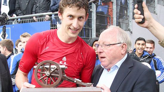 Uwe Seeler entrega el cañón de goleador a Kiessling