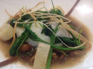 Huevo a baja temperatura con senderillas en su jugo, escorzonera, brotes de esparrago velloso, plato del día en el restaurante Montia