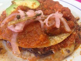 Pan de cazón con salsa de jitomates.