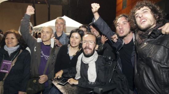 Pablo Echenique (con bufanda blanca) el quinto eurodiputado de Podemos. / EFE