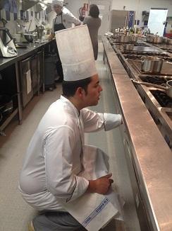 Víctor Ródenas, ganador del concurso, durante la preparación de su plato.