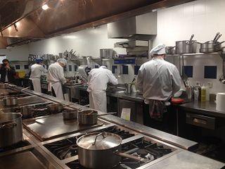 Perspectiva de las magníficas cocinas de Le Cordón Bleu durante la preparación de los platos