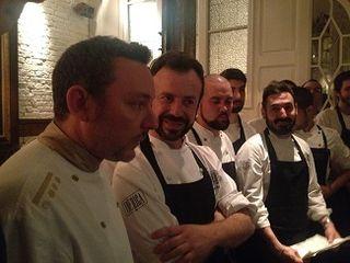 Los dos equipos, el de Albert Adrià y Nacho Manzano recibiendo los aplausos de los comensales al concluir la cena