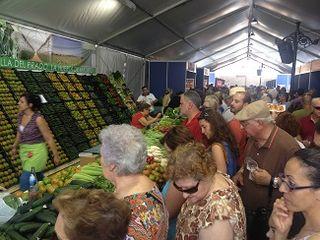 Animación en los puestos de venta de hortalizas en la V Feria de Villa del Prado