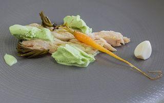 Aliño helado vegetal para ventresca con  AOVE, vinagre de Jerez ,  tallos de cebolleta fresca y espinacas