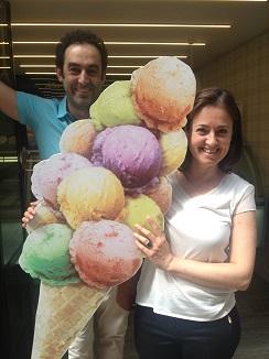 En la puerta de su heladería en Logroño