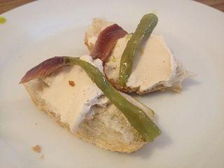Gildas bajo cero. Anchoa y piparra sobre una crema helada de agua de olivas aliñadas y AOVE de la variedad arbequina
