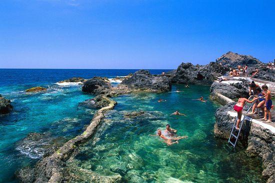 Bañistas en el charcos de las Viejas, en Garachico (Tenerife) Juerguen Richter