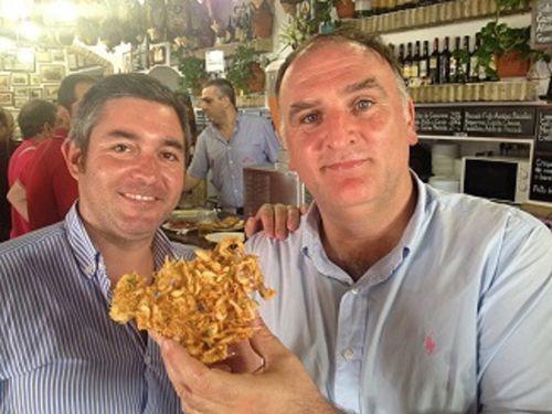 Balbino propietario junto a José Andrés, en la barra de Casa Balbino