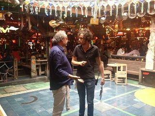 Andrés Jaramillo dialogando con un empleado en la pista de baile