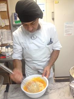5) Batido firme de crema pastelera y yemas hasta conseguir una emulsión suave