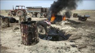 Un pozo petrolífero en la zona controlada por el EI