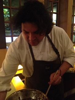 Gastón Acurio cocinando un cebiche en su restaurante en Bogotá