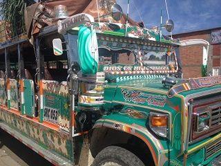 Chiba, una muestra de las preciosas camionetas que realizan el transporte de mercancías y pasajeros por el valle del Cauca a ritmo de cumbia. Aparcan frente al mercado de Popayán
