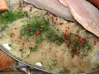 Pescado blanco, white fish, en dos versiones crudo y marinado con eneldo y pimienta rosa