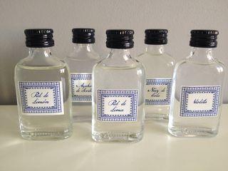 Cuatro alcoholes esenciales obtenidos por destilacón, agua de azahar de Sevilla, piel de limón, nuez de cola, piel de lima y violeta