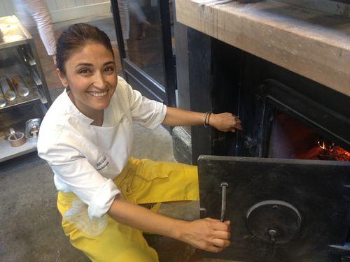 Anna Bellsolá delante de su horno a la entrada del hotel panadería