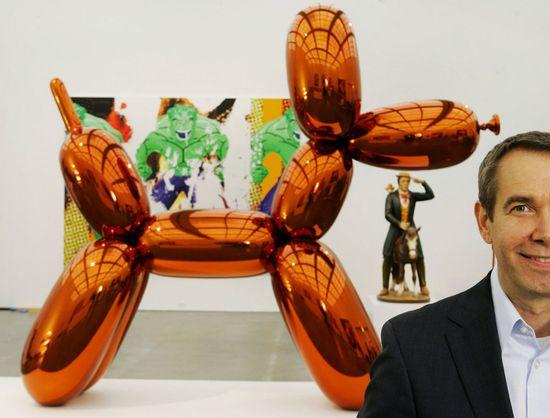 Jeff-Koons'-Balloon-Dog-Orange