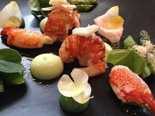 2) Joachim Wissler. Ensalada de cangrejos de río, espárragos verdes y vinagreta de limón