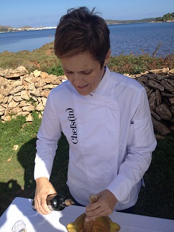 La cocinera Silvia Anglada en un momento de la elaboración.