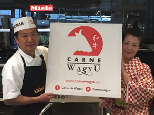 El cocinero Hayamizu con el cartel publicitario