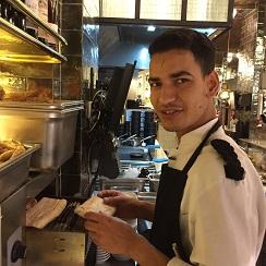 Karim Haddou, introduciendo totadas de pan el la oruga tostadora