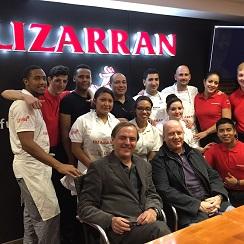 Javier Iturralde y Manuel Robledo con un grupo de alumnos y profesores del Bar Escuela