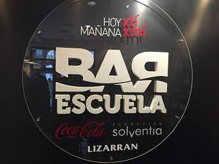 Hoy por tí mañna por mí, enseña del Bar Escuela de Coca Cola, Fundación Solventia y Lizarrán