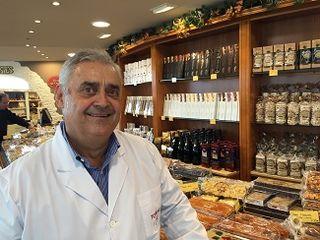 Ángel Velasco en su tienda de Agramunt
